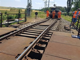 Železniční most u Dobřan na Plzeňsku poškodil bagr. (18. 6. 2019)