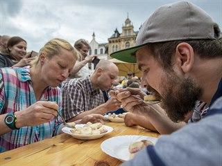 Pojídání jahodových knedlíků na čas bylo jednou z atrakcí jahodového trhu 16....