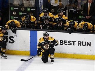 Zklamaní hráči Bostonu (v popředí Patrice Bergeron) po prohře v sedmém finále...