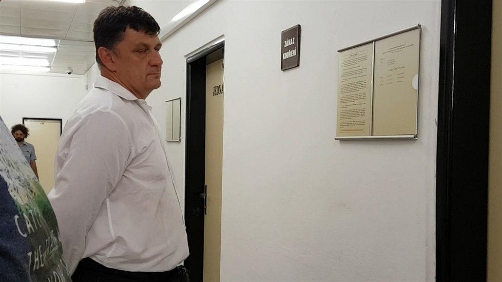 Za rozbití obličeje spoutaného muže dostal strážník místo vězení podmínku