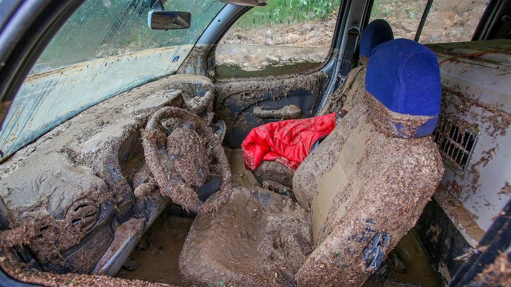V Táboře se hledá viník velkého sesuvu půdy, který po bouřce zničil auto