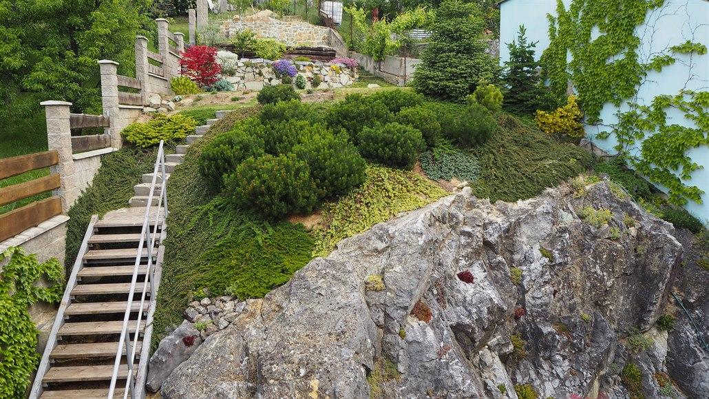 Extrémně svažitý pozemek manželé podpírají kamennými zídkami i pražci