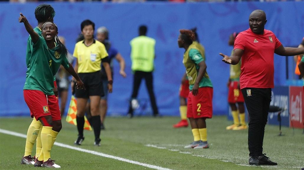 Kamerunky, ostuda fotbalu. Sudí chtěla, aby vyhrály Angličanky, tvrdí
