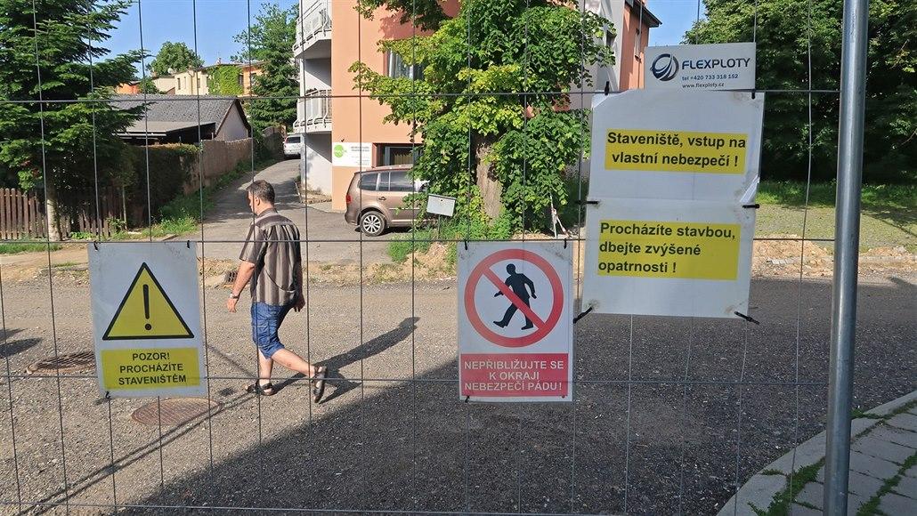 Kvůli hádkám politiků žijí obyvatelé Jihlavy už rok v rozkopané ulici