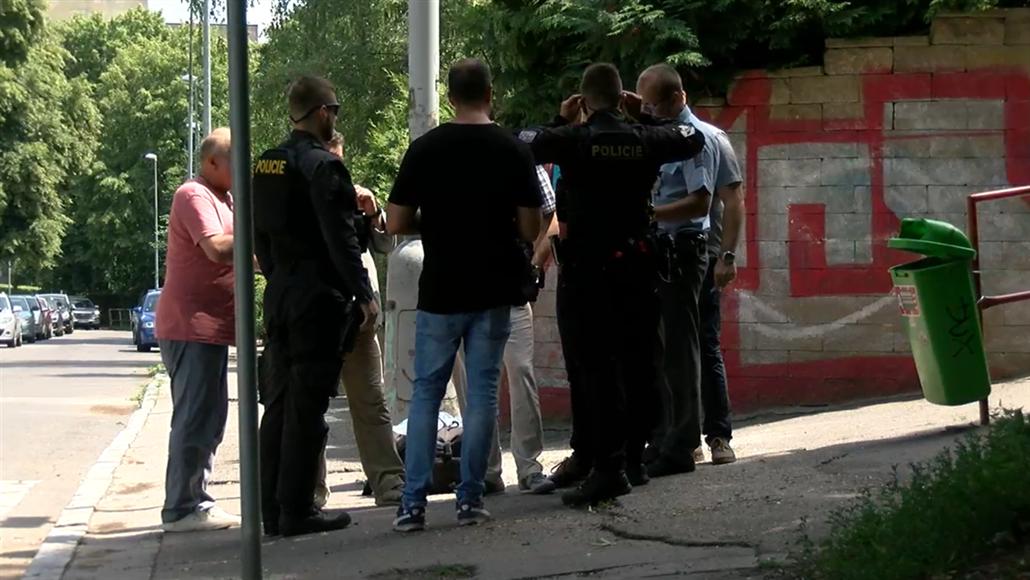 Na ulici v pražských Košířích někdo pobodal muže, v okolí pátrá policie
