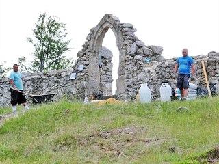 Opravy zdiva ruiny kostela sv. Mikuláše pod horou Krudum v rámci současného...