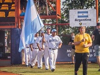 Hráči Argentiny nastupují na hřiště během slavnostního zahajovacího ceremoniálu.