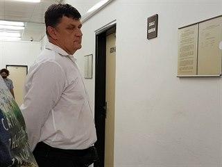 Strážník Pavel Jindra u odvolacího Krajského soudu v Ústí nad Labem
