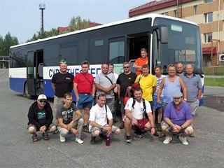 Skupina řidičů má za úkol překonat s autobusy Iveco dlouhou cestu na východ...