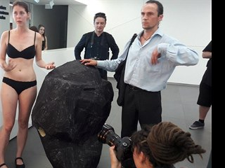 Aktivistka Greenpeace s kostýmem uhlí se jako minoritní akcionářka energetické...