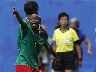 Kamerunská fotbalistka Ajara Nchoutová (vlevo) se rozčiluje, reprezentační...