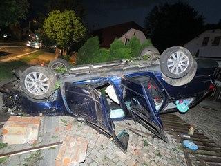 Snímky z nehody v Bludově na Šumpersku, kdy opilý řidič nad ránem smykem...