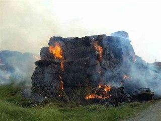 Sedm jednotek hasičů likvidovalo požár stohu v Rohovládově Bělé.