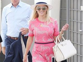 Reese Witherspoon si vyrazila na nákupy v růžových šatech. Svůj outfit doplnila...