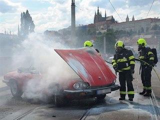 Pražští hasiči zasahovali u požáru historického vozu na Mánesově mostě. (21....