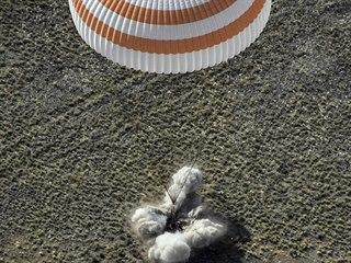 Ruská kosmická loď Sojuz MS-11 s tříčlennou při bezpečném přistání v kazašské...