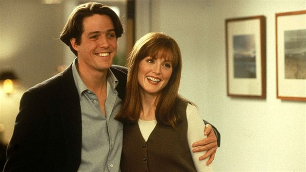 Hugh Grant a Julianne Moore ve filmu Dva v tom (1995)