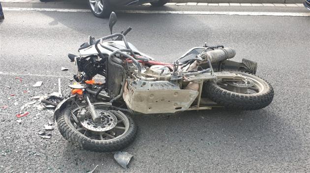 Motorkář se na D8 střetl s autem, utrpěl mnohačetná zranění