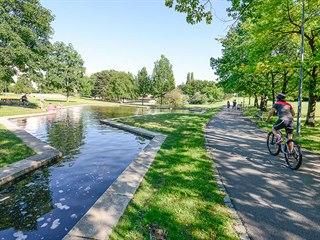Park Přátelství na Proseku je unikátní nejdelší vodní soustavou vPraze.