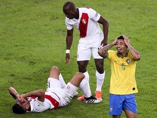 NECHÁPAVÝ VÝRAZ. Brazilský útočník Gabriel Jesus v souboji fauloval peruánského...