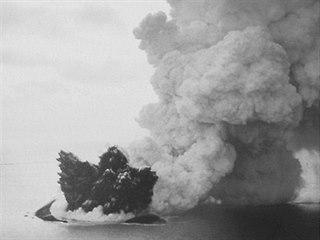 Fotografie pořízená z letadla zachycuje počátek zrodu sopečného ostrova krátce...