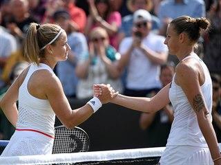 Karolína Plíšková (vpravo) a Karolína Muchová po osmifinále Wimbledonu.
