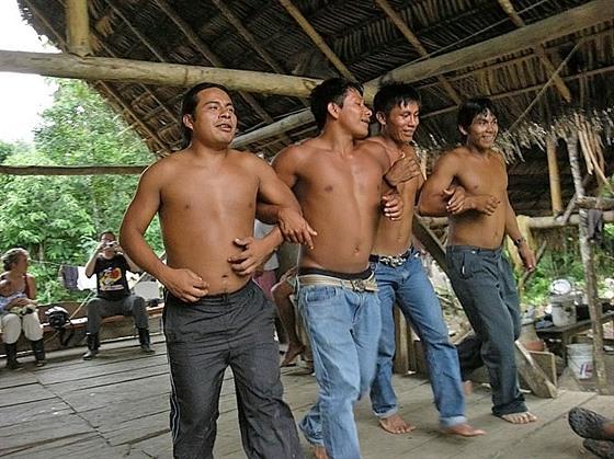 V Amazonii znám místa, kde do života původních obyvatel vstoupila těžba nafty....