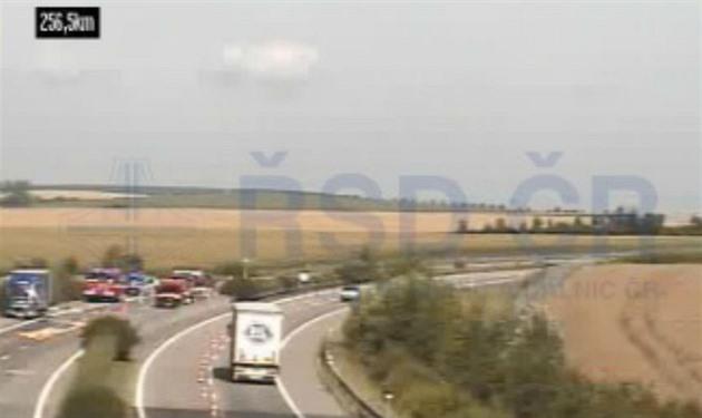 D1 u Kroměříže je uzavřená, z kamionu vytekla kyselina sírová