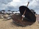 Škody po bouři na pláži u hotelu v Porto Karrás na Chalkidice v severním Řecku...