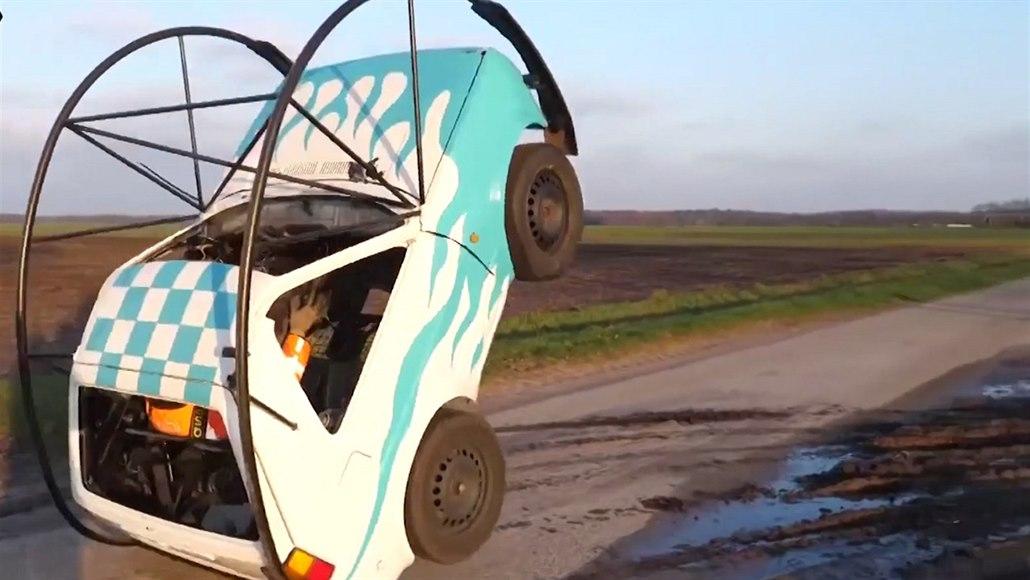 Kutil naučil dělat starý volkswagen kotrmelce