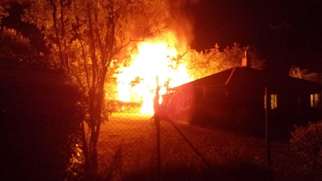 V chatě u Karlštejna uhořel muž, druhý je vážně popálen