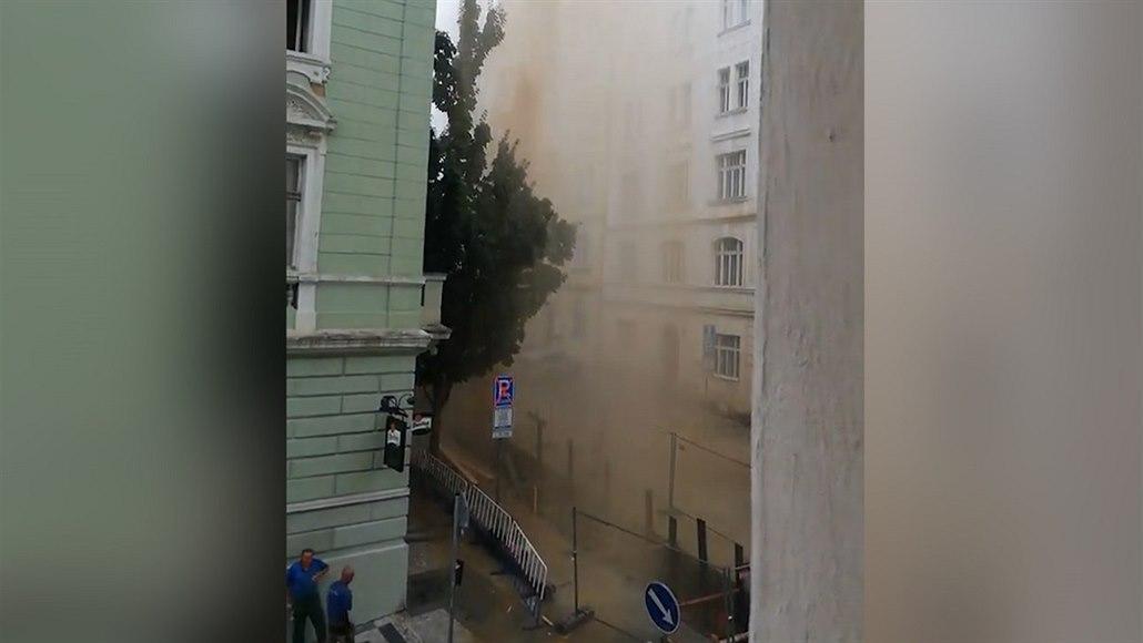 Ve výkopu prasklo potrubí, gejzír vody sahal do čtvrtého patra