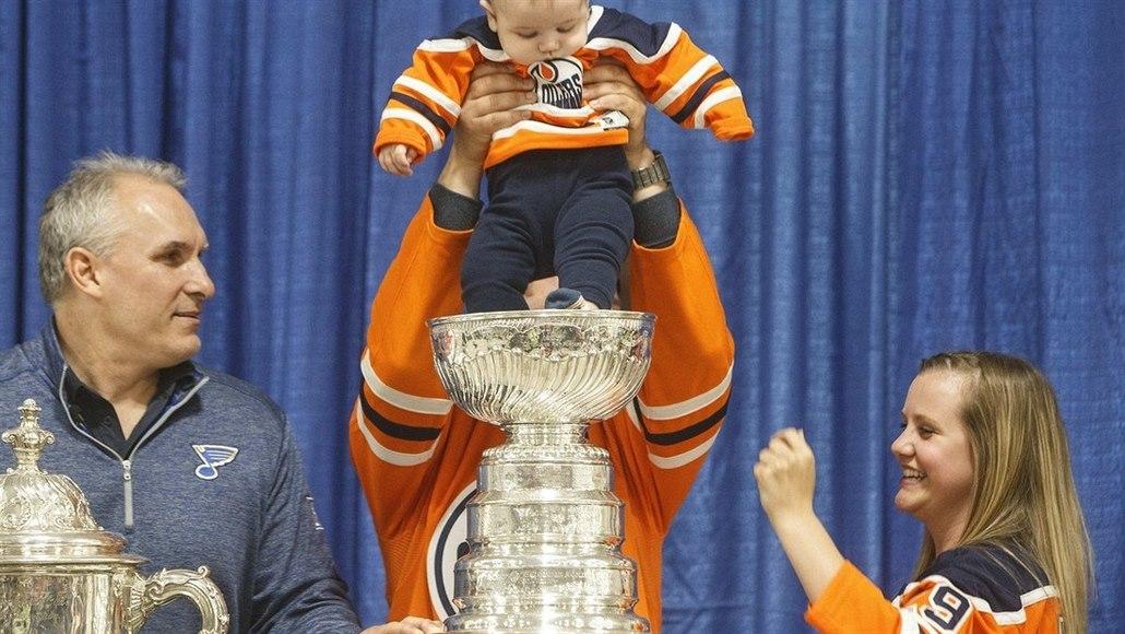 Těžký život Stanley Cupu. Do slavného poháru se močilo, kopalo i sázelo
