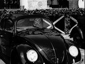 Adolf Hitler představuje 26. května 1938 světu nový vůz, vyrábět se bude v...