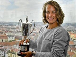 Tenistka Barbora Strýcová pózuje s pohárem pro vítězku čtyřhry ve Wimbledonu.