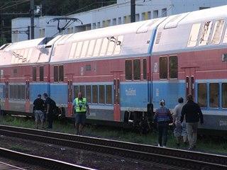 Při střelbě na vlak v pražských Vysočanech byla poškozena okna u pěti vagónů....
