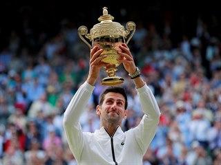 Srb Novak Djokovič pózuje s trofejí pro vítěze Wimbledonu.