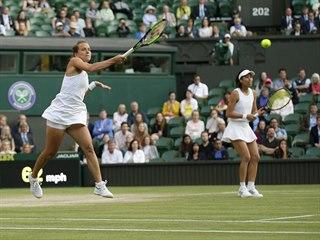 Barbora Strýcová odehrává balon během finále deblu ve Wimbledonu.