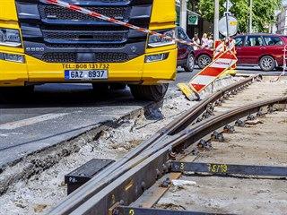 Kamiony a autobusy mají potíže ve zúžení  na rozkopané křižovatce ulic Radlická...