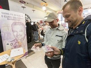 V Praze se zhruba za čtyři hodiny vyprodala pamětní eurobankovka s portrétem...