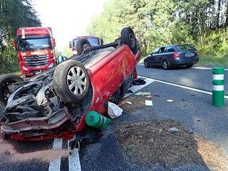 U Jítravy se srazilo osobní a nákladní auto.