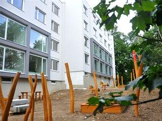 V panelovém domě v Klášterní ulici bývaly dříve byty. Od září se sem nastěhují...