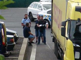 Z kamionu v Praze 5 vyskákalo pět cizinců. Policie je našla v přilehlých...