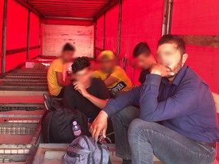Celníci v Brně našli v kamionu s makedonskou registrační značkou pět cizinců...