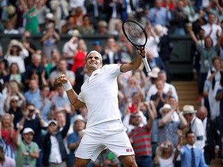 Švýcar Roger Federer se raduje z postupu do finále Wimbledonu.