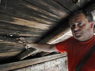 Farář Petr Ivan Božik ukazuje místa, kudy do krovu kostela svatého Ignáce...