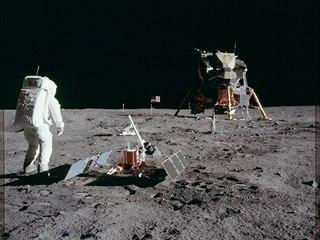 Pohled na veškeré vybavení, které astronauti na povrchu zanechali: vlajka,...