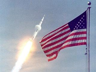 Tři Američané právě odstartovali na misi, kterou bedlivě sleduje celý svět.