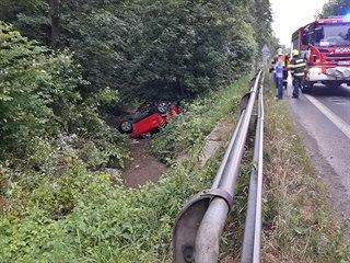 Auto skončilo před Valašským Meziříčím v korytě potoka.