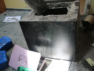 Pachatelé trezory nejprve vytrhli ze zdi a poté rozřezali.